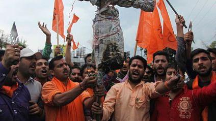 Shiv Sena activists prepare to burn an effigy. (Photo: AP)