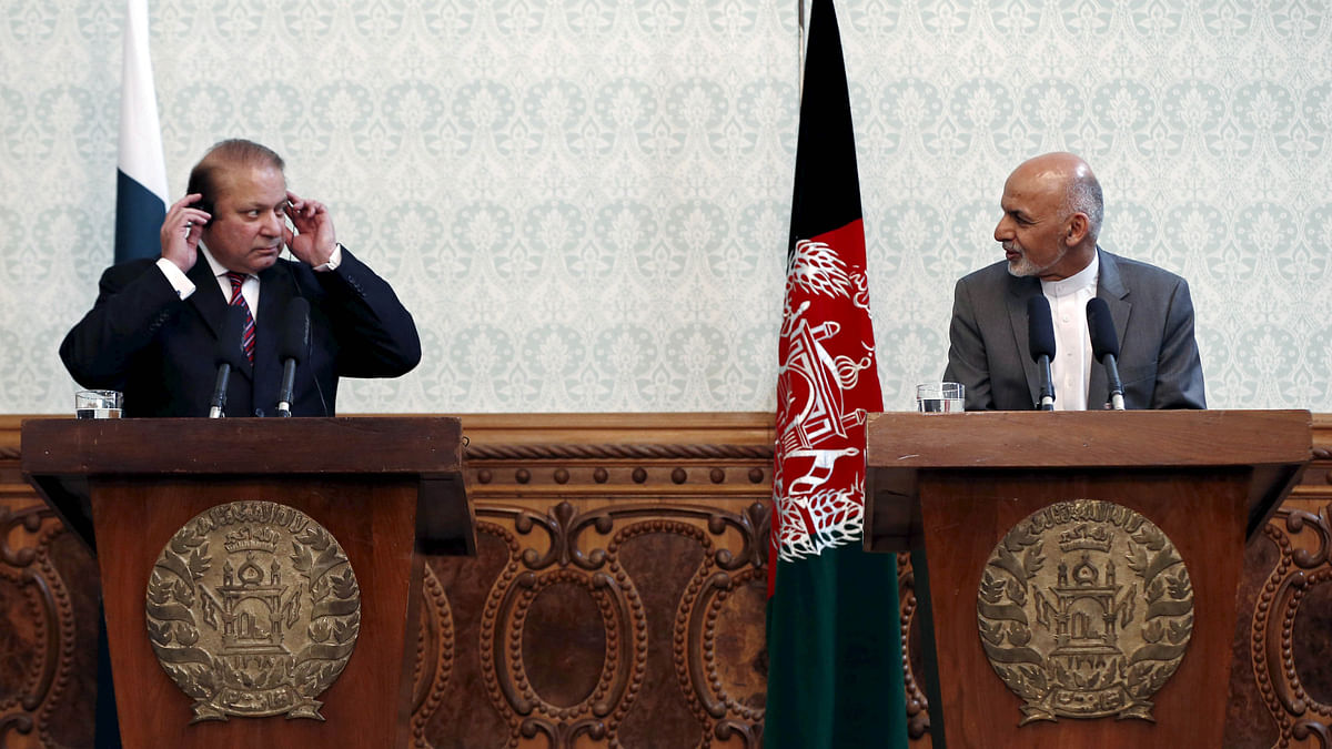 Afghan President Ashraf Ghani (R) speaks as Pakistani Prime Minister Nawaz Sharif looks on during a news conference in Kabul. (Photo: Reuters)