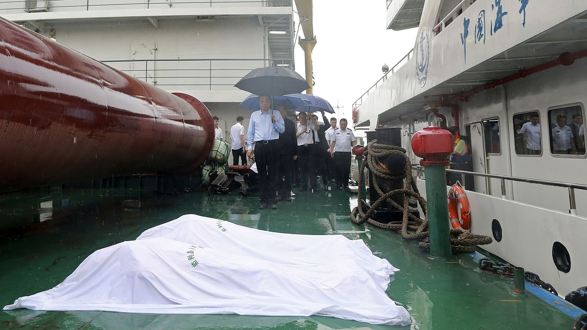 Chinese Premier Li Keqiang pays respect to victims after, the Eastern Star,a cruise ship sank at the Jianli section of the Yangtze River. (Photo: Reuters)