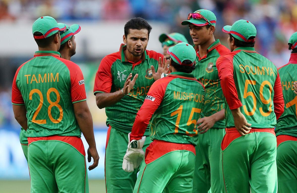Mashrafe Mortaza speaks to the players during Bangladesh's 2015 World Cup match. (Photo: AP)