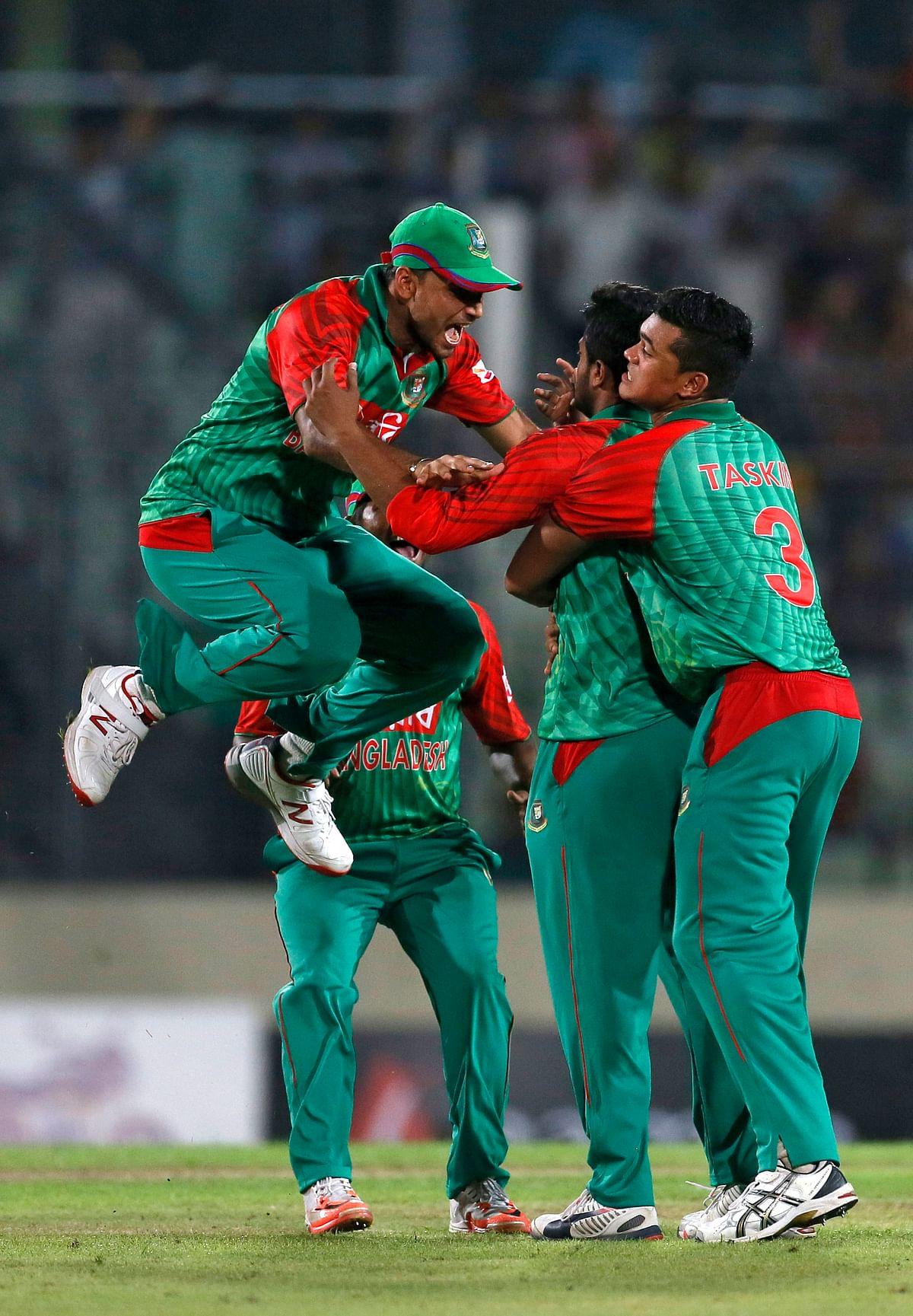 Bangladesh's Shakib Al Hasan, second right, celebrates with captain Mashrafe Mortaza, left, after the dismissal of MS Dhoni. (Photo : AP)