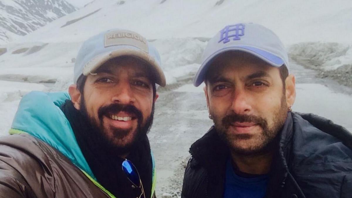 "Kabir Khan and Salman Khan on sets of Bajrangi Bhaijaan in Kashmir (Photo: <a href=""https://twitter.com/kabirkhankk/media"">Twitter/@kabirkhankk</a>)"