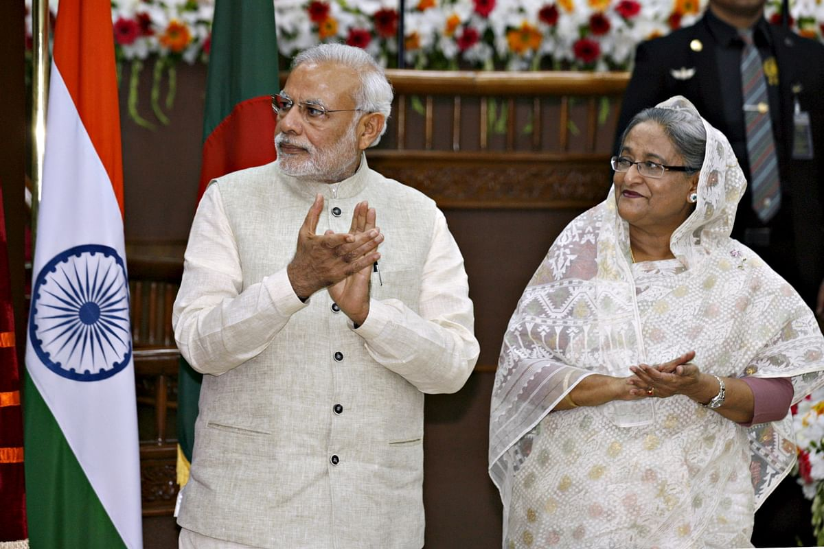 India's Prime Minister Narendra Modi (L) and his Bangladeshi counterpart Sheikh Hasina clap during signing ceremony of agreements between India and Bangladesh in Dhaka June 6, 2015 (Photo: Reuters)