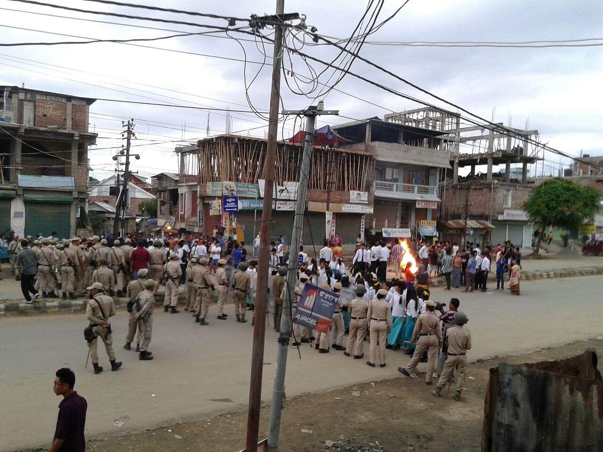 The Manipur Police trying to disband protestors at a neighbourhood inImphal. (Photo: Sunzu Bachaspatimayum)