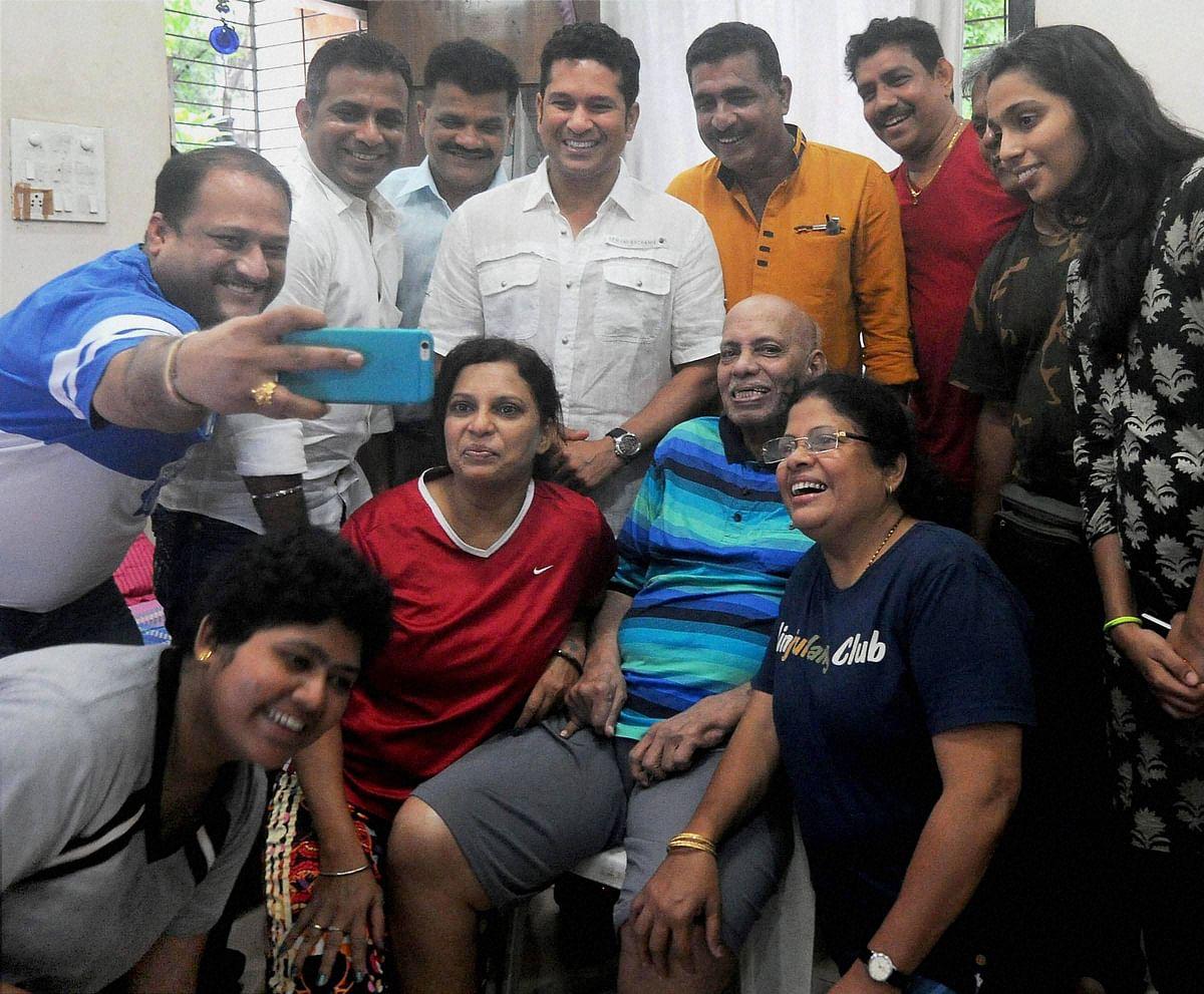Sachin Tendulkar along with Atul Ranade, Sameer Dighe, Naresh Churi and Ajay Keer take blessings of their Guru, Ramakant Achrekar on the auspicious day of Guru Purnima. (Photo: PTI)