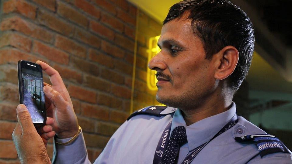 Nand Kumar with his Motorola Moto E IInd Gen. (Photo: The Quint)