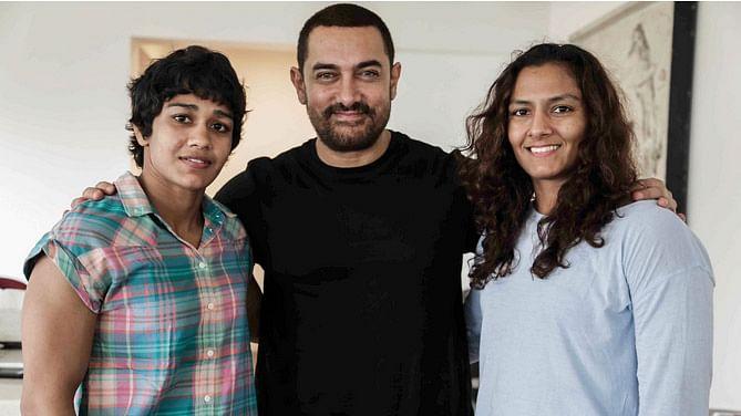 Aamir Khan with Mahavir Phogat's daughters, Babita and Geeta. (Photo Courtesy: UTV)