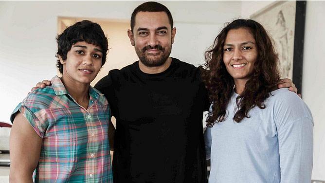 Aamir Khan with Mahavir Phoghat's daughters Babita and Geeta.