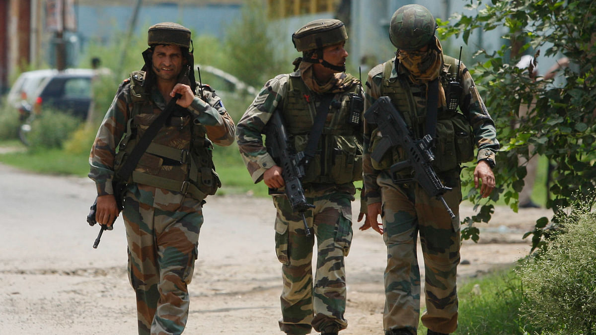 Indian army soldiers approach the abandoned building where the terrorists holed out after they struck in Dinanagar in Punjab. (Photo: AP)