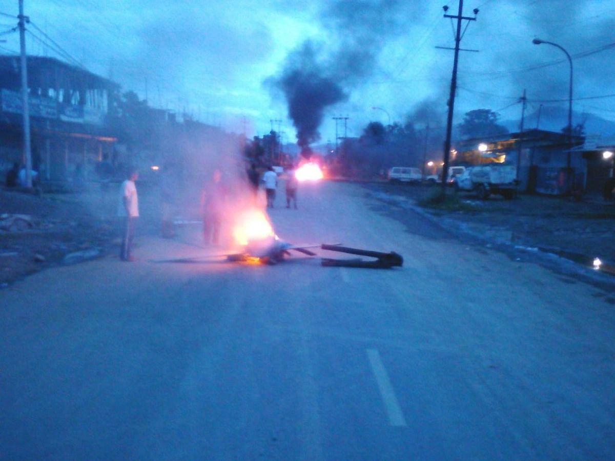 Protestors burn sundry objects outside a  neighbourhood in Imphal.(Photo: Sunzu Bachaspatimayum)