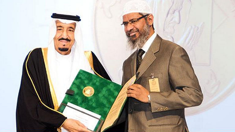 "Dr Zakir Naik (R) receiving the King Faisal International Prize from the King of Saudi Arabia. (Photo Courtesy: Twitter.com/<a href=""https://twitter.com/zakirnaikirf"">@zakirnaikirf</a>)"