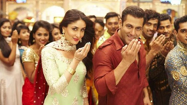 Salman Khan and Kareena Kapoor in the song <i>Aaj Ki Party Meri Taraf Se</i> from <i>Bajrangi Bhaijaan</i>