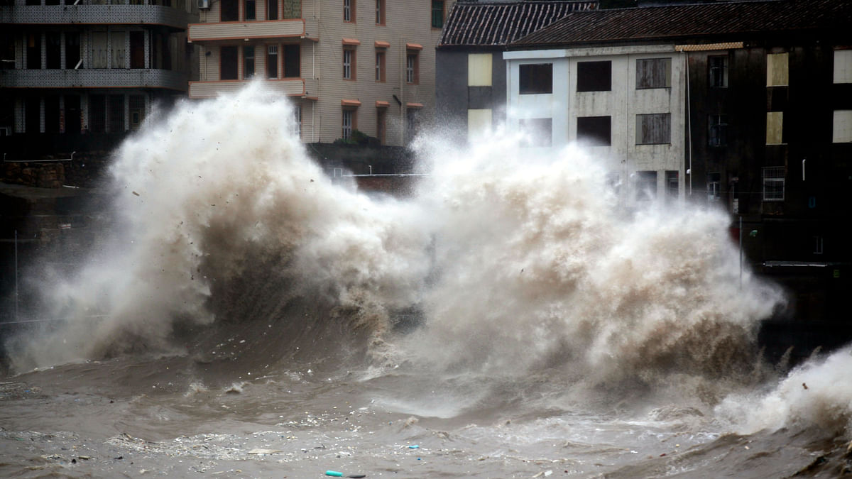 A strong wave breaks along the shore ahead of the landfall of Typhoon Chan-Hom in Wenling in eastern China's Zhejiang province. (Photo: AP)