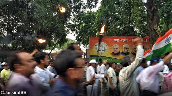 OROP protesters marching past the BJP HQ on their way to Amar Jawan Jyoti. (Photo: Twitter/@JaskiratSB)