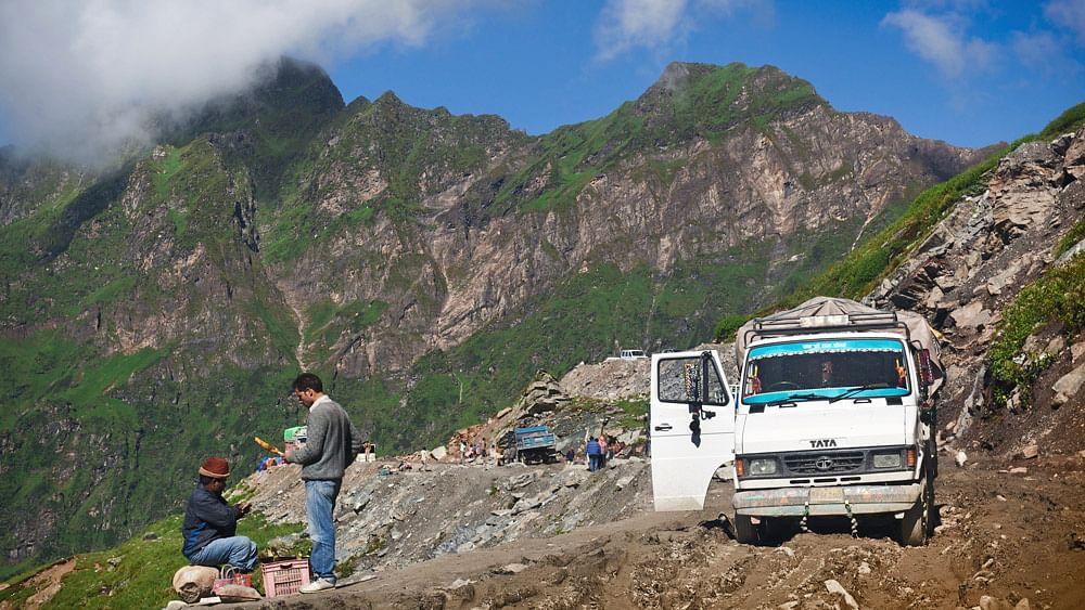 Anoffroad track of Rohtang La mountain pass. (Photo: iStockPhotos)