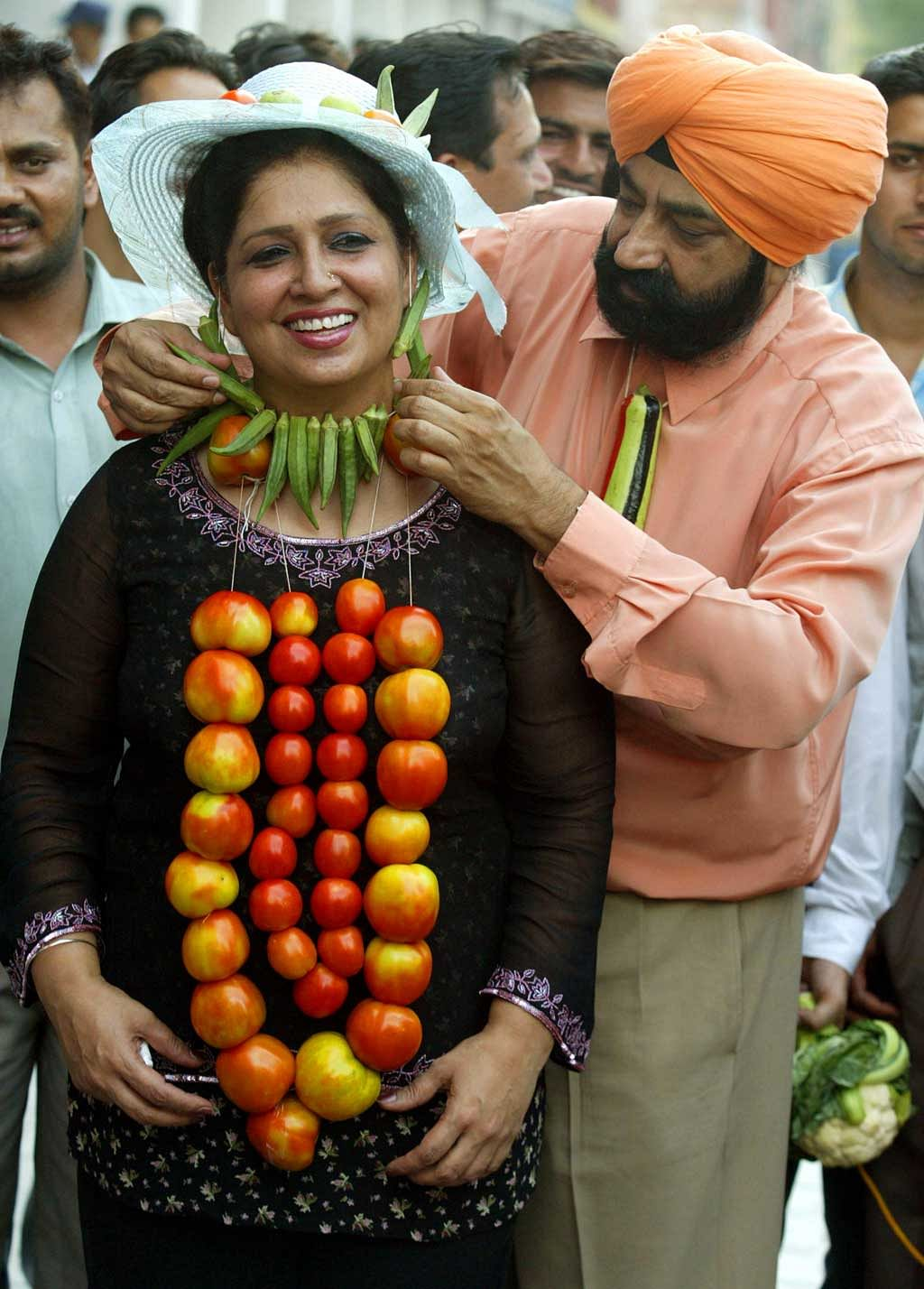 Indian satirist and comedian, Late Jaspal Bhatti (R),  protesting against rising prices of vegetables in Chandigarh along with his wife Savita. (Photo: Reuters)