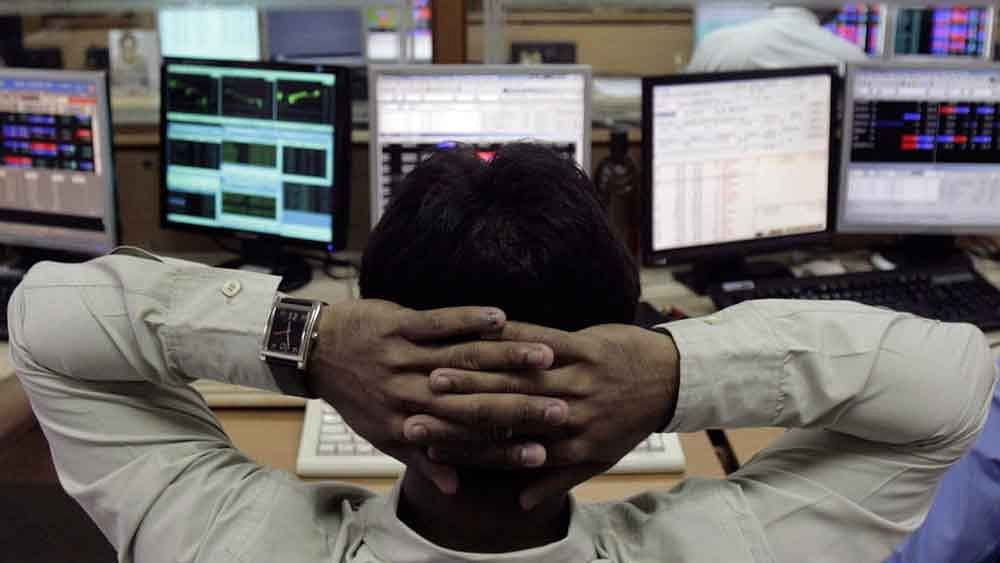 Sensex Dips for 6th Straight Session, Rupee Weakens on Global Cues