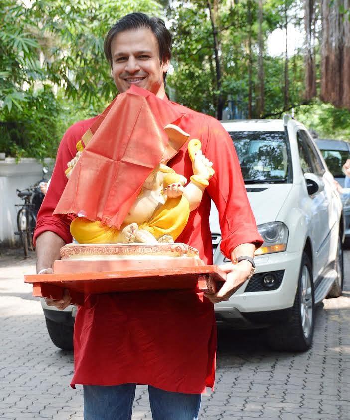 Vivek Oberoi brings home Ganpati Bappa. (Photo: Yogen Shah)
