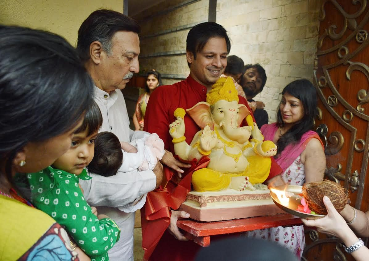 Grandpa Suresh Oberoi holding little Ameyaa Nirvana as Vivaan sticks to mommy while daddy Vivek Oberoi enters home with their Ganpati. (Photo: Yogen Shah)
