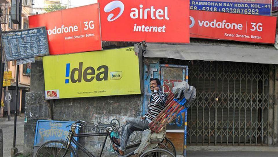 Rickshaw puller in front of billboards. (Photo: Reuters)