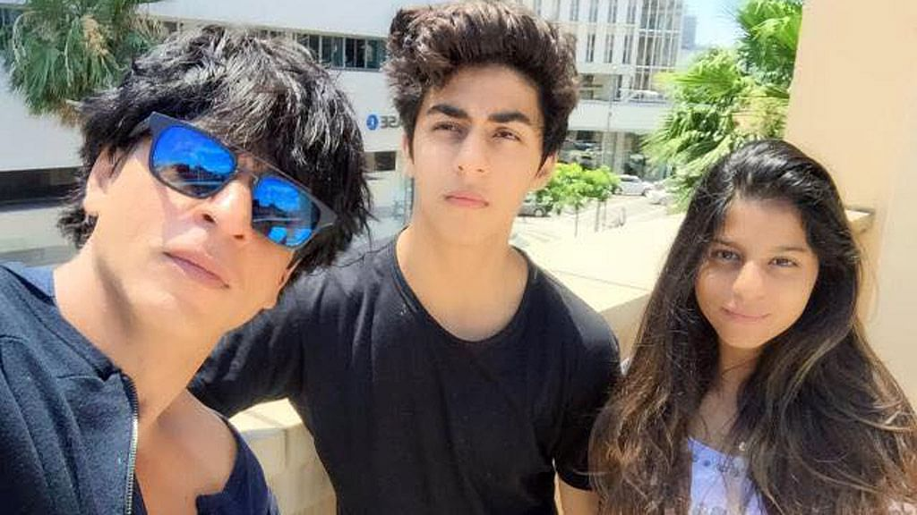 """Shah Rukh Khan poses with his children, Aryan and Suhana&nbsp;at a family holiday in the United States. (Photo: Facebook/<a href=""""https://www.facebook.com/IamSRK/photos_stream"""">Shah Rukh Khan</a>)"""