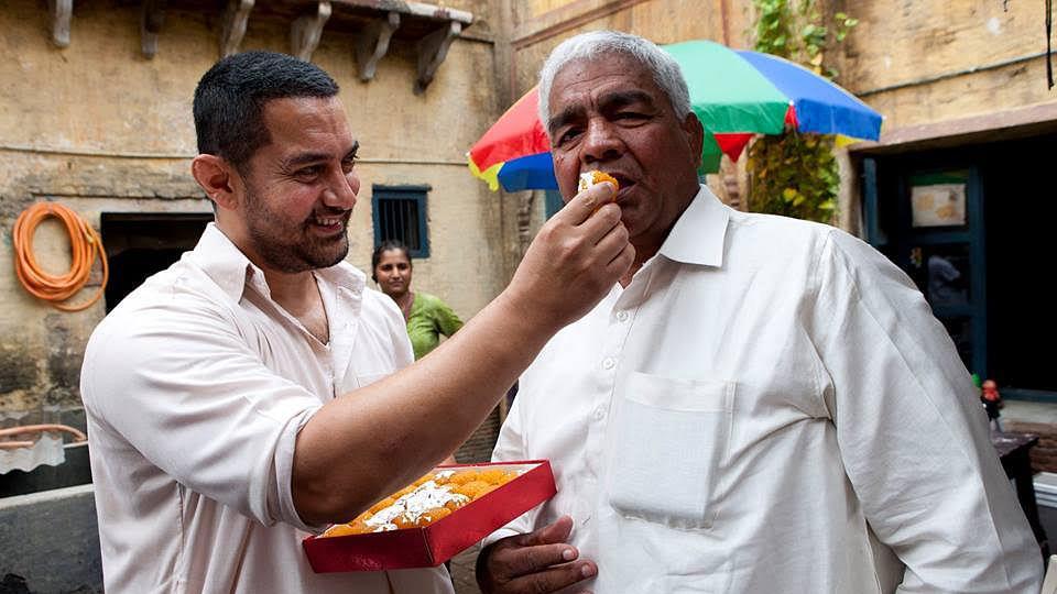 Aamir Khan offers some <i>mithai</i> to Mahavir Phogat&nbsp;