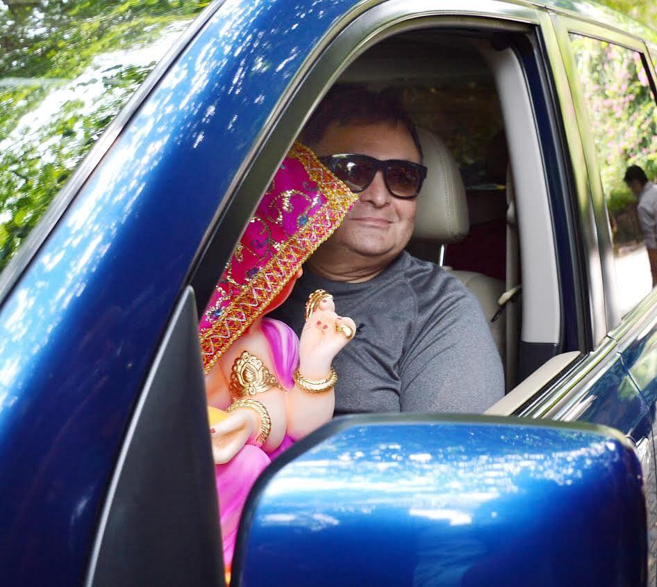 Rishi Kapoor brings home the Ganpati idol. (Photo: Yogen Shah)