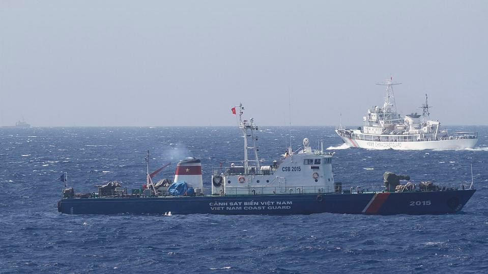 Chinese (R) and Vietnamese (L) ships in South China Sea. (Photo: Reuters)