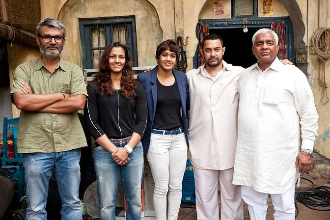 Aamir Khan with Mahavir Phogat and his daughters on the sets of <i>Dangal. </i>(Photo Courtesy: UTV Motion Pictures)