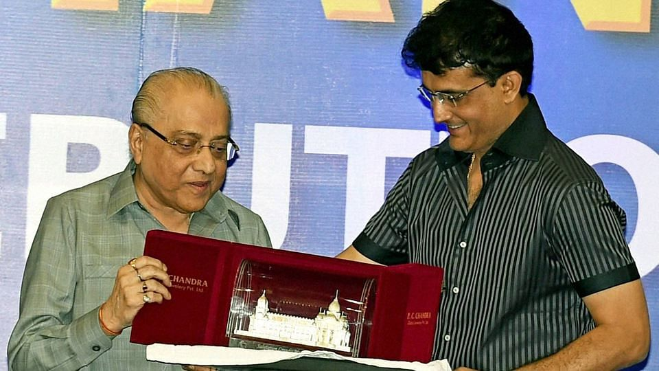 File photo of Jagmohan Dalmiya receiving a gift from CAB (Cricket Association of Bengal) Joint Secretary and Former Indian Cricketer Sourav Ganguly during a felicitation ceremony in Kolkata. (Photo: PTI)