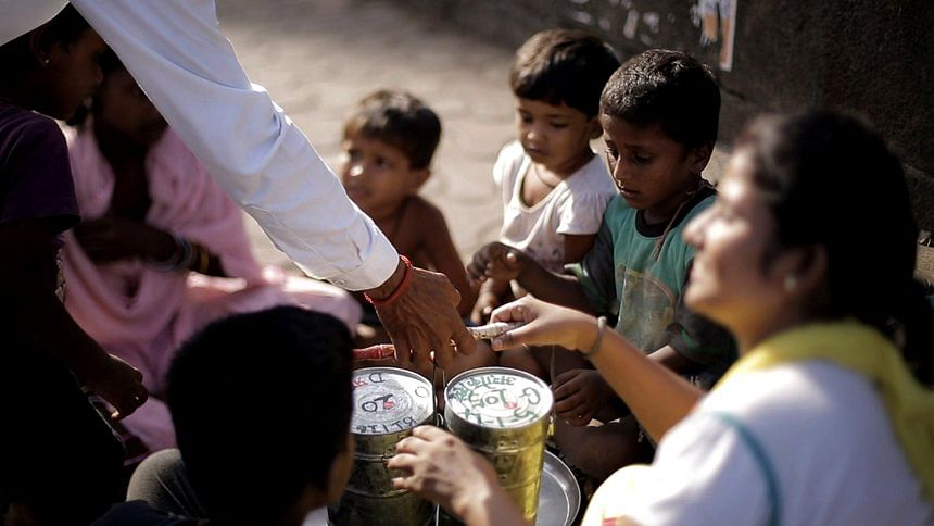 "A <i>dabbawala</i> delivers a tiffin marked with the 'share' sticker to an NGO volunteer and slum children (Photo: Youtube/<a href=""https://www.youtube.com/watch?v=UyT_bi-20e4"">Rahul Bhatt</a>)"