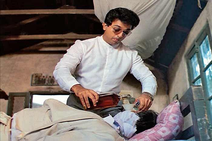 Kamal Haasan keeps the millionaire Sameer Khakkar in bondage at his bachelor pad in <i>Pushpak</i>