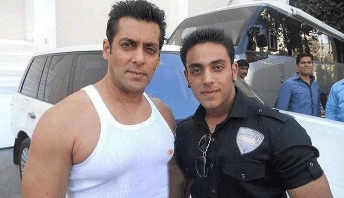 "Salman Khan with his look-alike Najeem Khan (Photo: <a href=""https://twitter.com/search?f=images&amp;vertical=default&amp;q=salman%20look%20alike&amp;src=typd"">Twitter/@Sandeep12037</a>)"