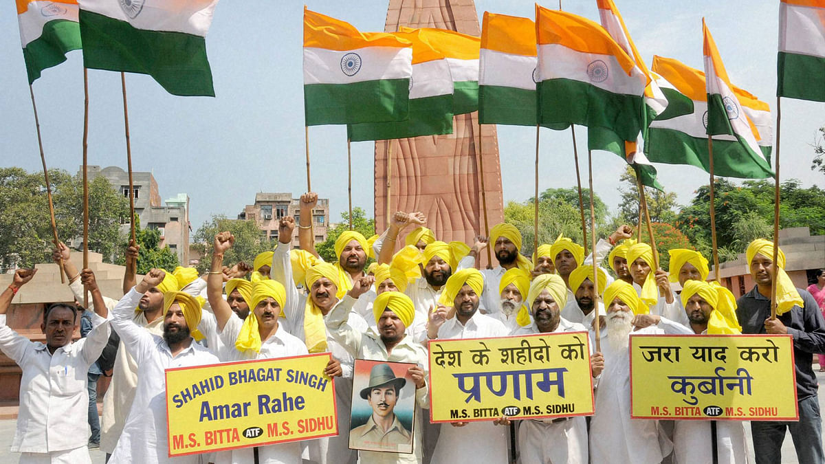 People raising patriotic slogans and paying tributes to Bhagat Singh on his 108th birth anniversary at Jallianwala Bagh in Amritsar, September 27, 2015. (Photo: PTI)