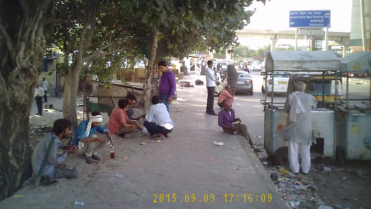 Men drink openly on the pavements of Kaushambhi in broad daylight. (Photo: The Quint)
