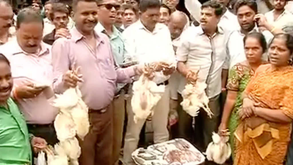 MNS volunteers selling meat on the streets of Mumbai(Photo: Screengrab/ANI)