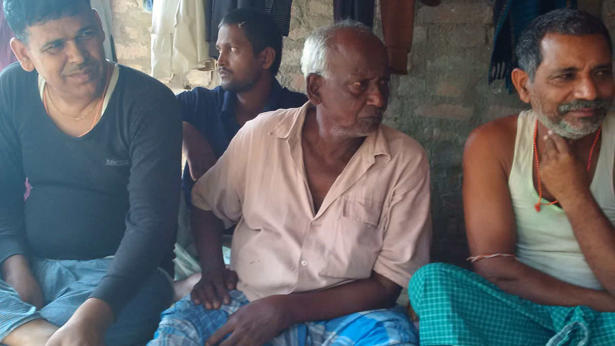 Some Yadavs of Dawoodnagar-Chakgadoh village near Bidupur in Raghopur assembly constituency listen intently to a village elder who holds forth on electoral politics. (Photo: T<b>he Quint</b>)