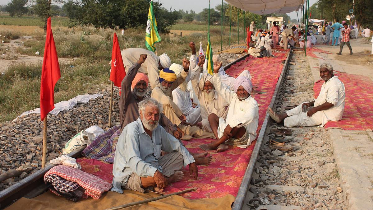Farmers squatting on Bhatinda-Bikaner line at Pathrala. (Photo: Vivian Fernandes)