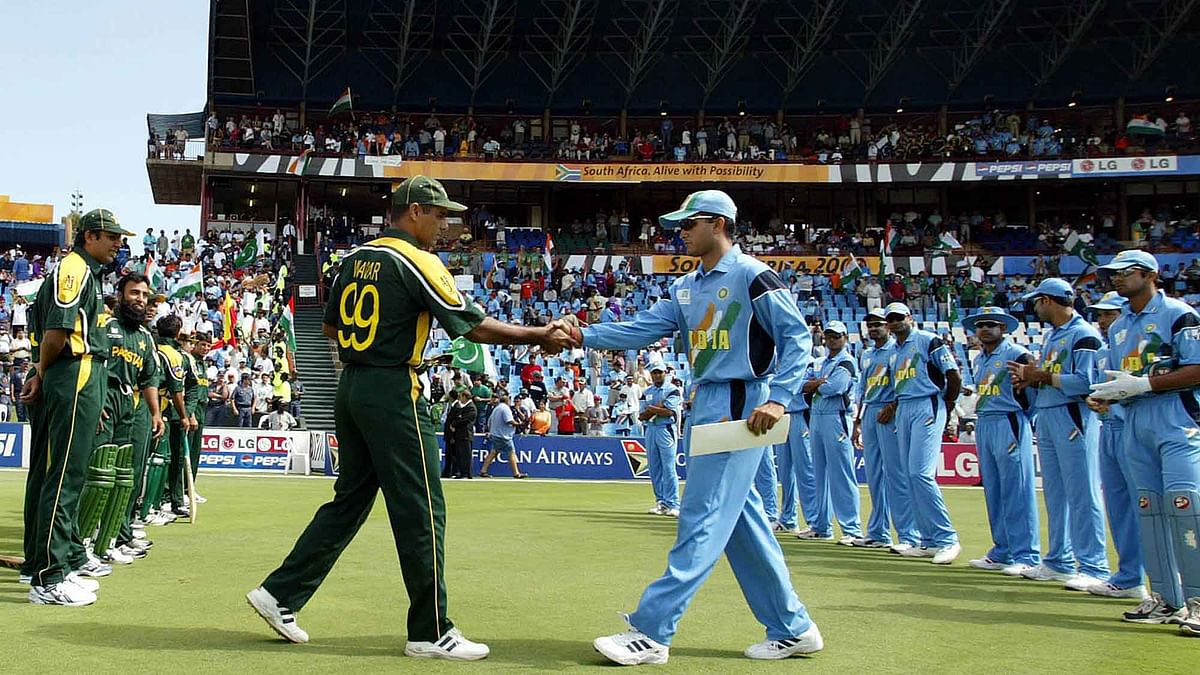 Pakistan's captain Waqar Younis (left) and his Indian counterpart Sourav Ganguly shake hands before their 2003 World Cup match. (Photo: Reuters)