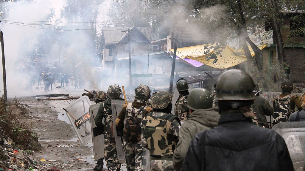 Protesters clash with security forces. (Photo: Muneeb-ul-Islam)
