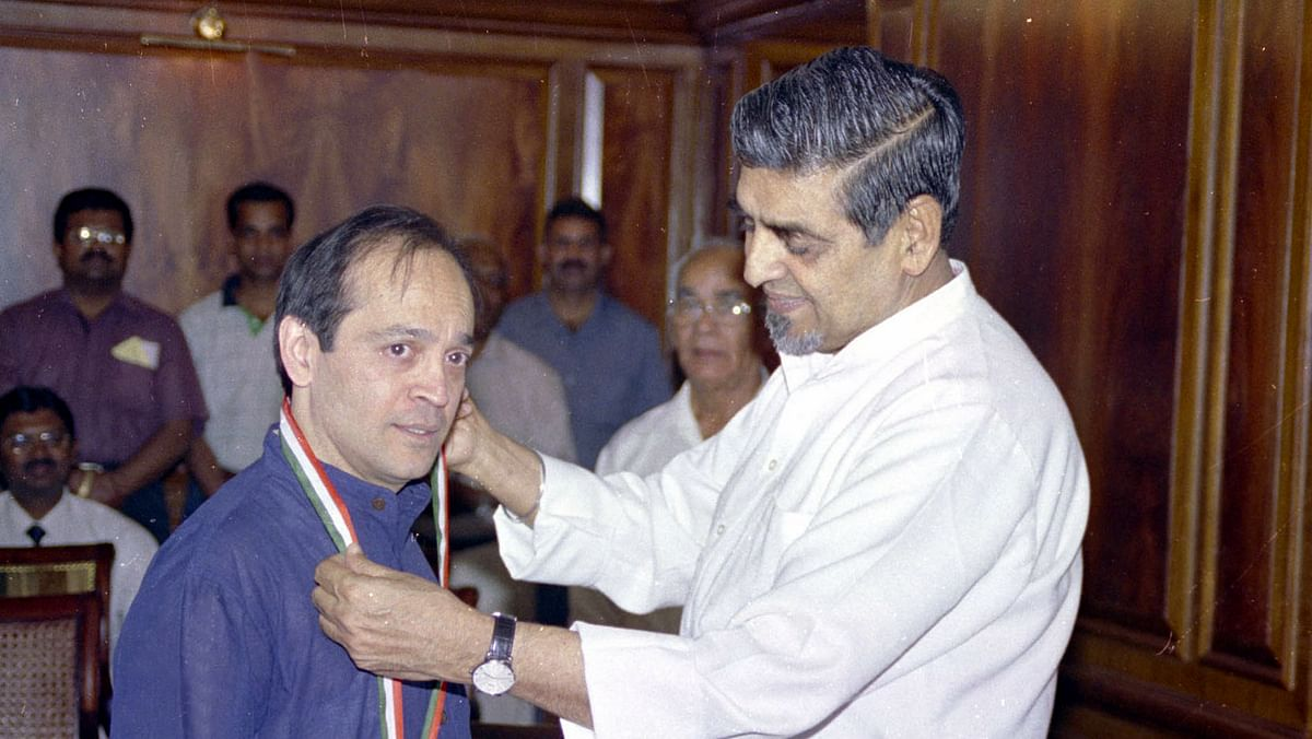 "A 2005 photo of Vikram Seth receiving 'Pravasi Bhartiya Samman' award from then Minister of State (Independent Charge) for Overseas Indian Affairs, Jagdish Tytler. (Photo: <a href=""http://photodivision.gov.in/new/IntroPhotodetails.asp?thisPage=246"">PIB</a>)"