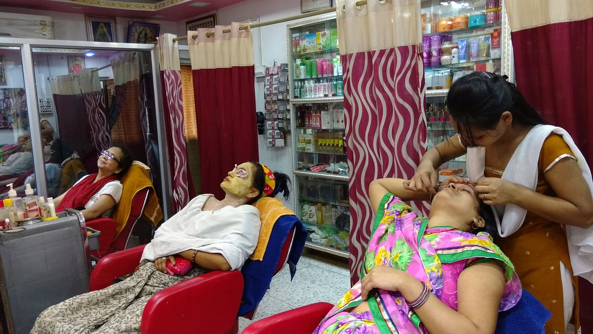 A relatively busy time at Apsara Beauty Parlour, just ahead of the pujas. (Photo: The Quint)