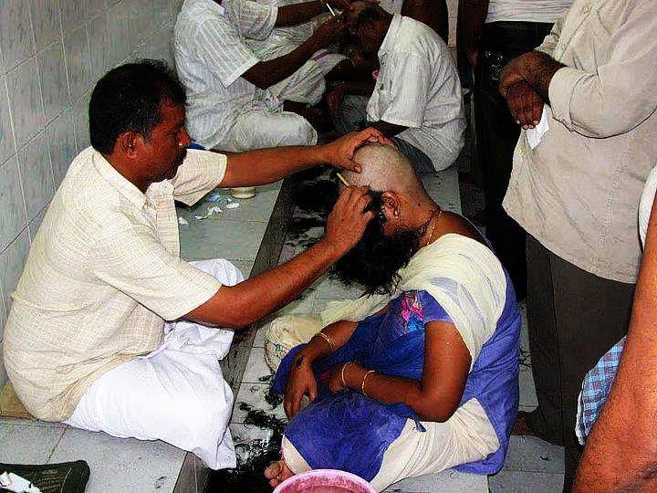 "Devotees shaving their heads at Tirumala Venkateswara Temple. (Photo: <a href=""https://www.facebook.com/ItsTirupati/photos/a.212136028988299.1073741828.209676665900902/363499073851993/?type=3"">Facebook/Tirupati People</a>)"