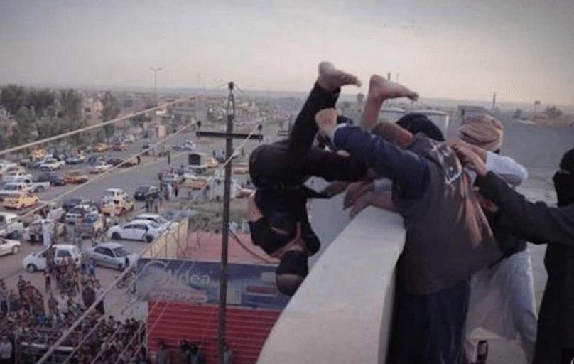 "ISIS fanatics throw a gay man to his death (Photo: Twitter/<a href=""https://twitter.com/OximityLGBTQ/status/653680096864243712"">@OximityLGBTQ</a>)"