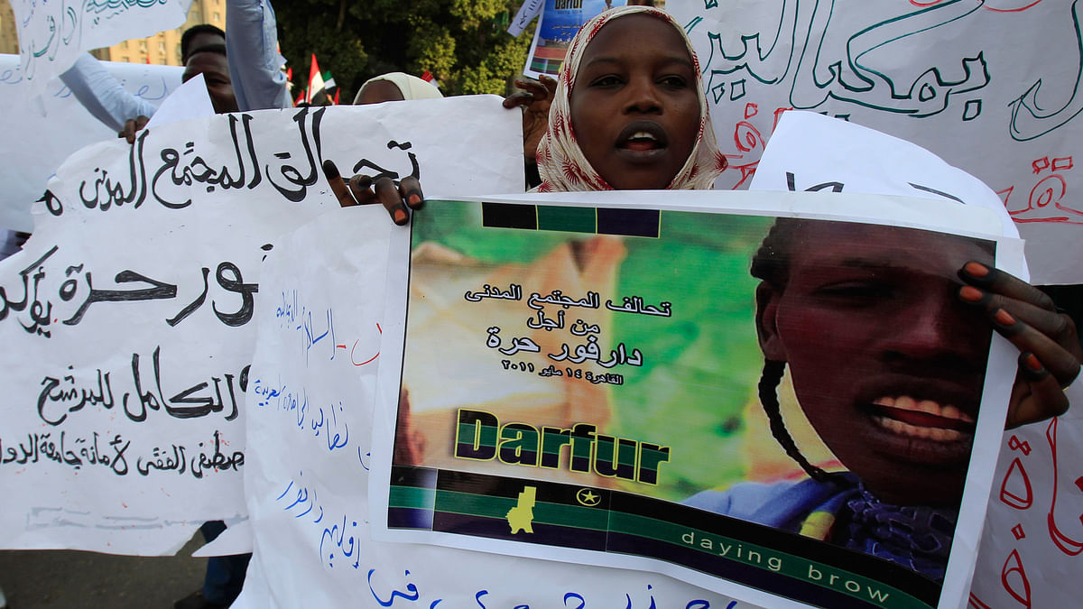 Sudanese protesters from Darfur chant slogans during a protest, demanding that the Sudanese President Omar Al-Bashir step down, in Cairo, May 15, 2011. (Photo: Reuters)