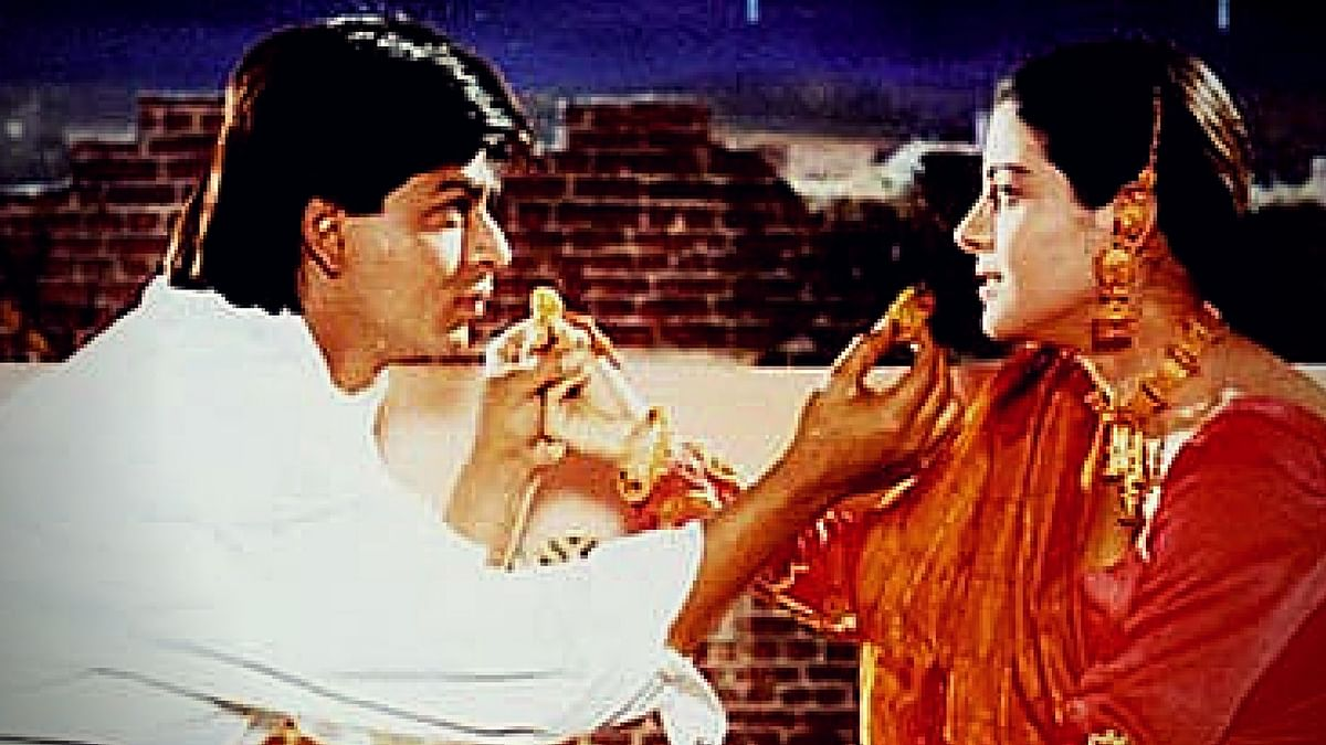 Shah Rukh Khan and Kajol break their Karvachauth fast in DDLJ. (Photo Courtesy: Yashraj Films)