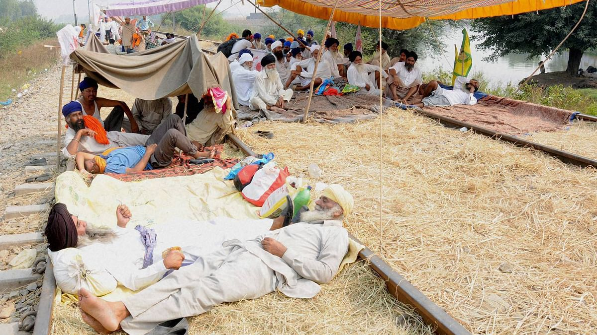 Farmers resting  on rail tracks near Amrisar on the fourth day of their rail roko agitation demanding  compensation to cotton growers for their crop loss, October 10, 2015. (Photo: PTI)
