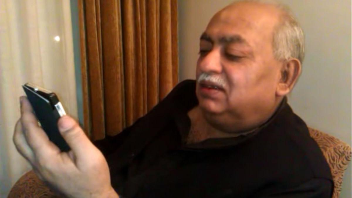 Noted Urdu writer, Munawwar Rana reading his poetry.