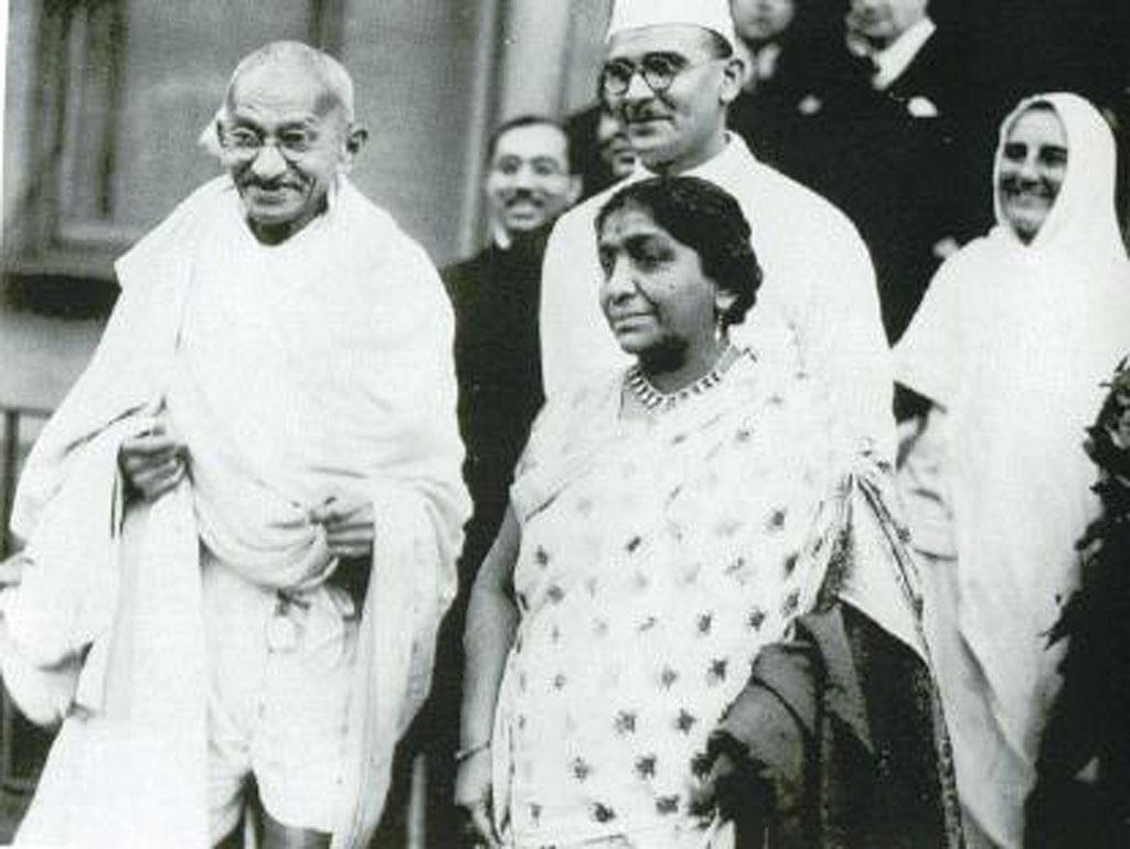 Gandhi with Sarojini Naidu in London.