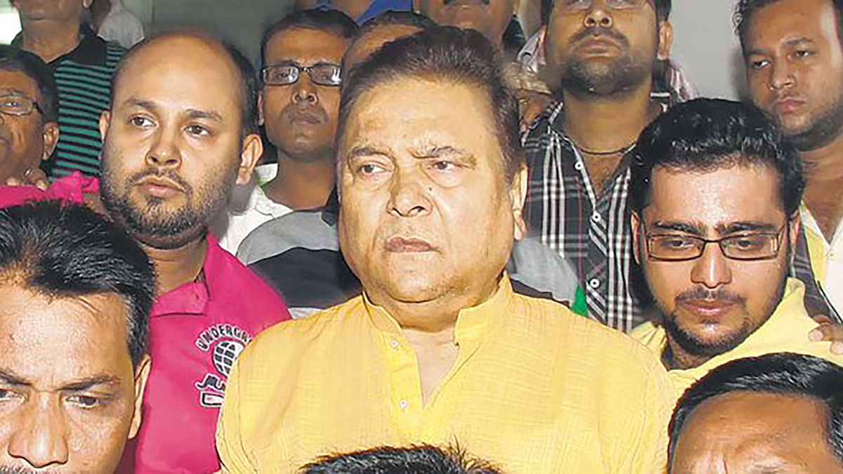 "Madan Mitra surrenders after court order. (Photo: <a href=""https://twitter.com/IndianExpress/status/667023044771119105"">Twitter</a>)"